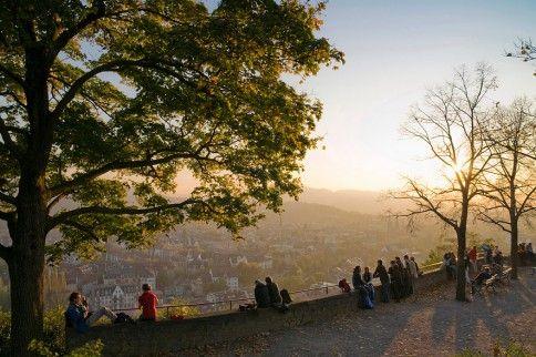 Freiburg Freiburg hat nicht nur das beste Wetter in Deutschland, sondern ist auch die jüngste Großstadt im Land, das Durchschnittsalter liegt gerade einmal bei 40 Jahren, was nicht zuletzt an den 25.000 Studenten liegen könnte, die sich die malerische Stadt im Breisgau als Studienort ausgesucht haben. Rund zwei Millionen Besucher kommen jährlich, um die schmucke Altstadt und den Münster zu bestaunen