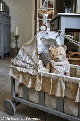Ours en peluche dans un landau de poupée