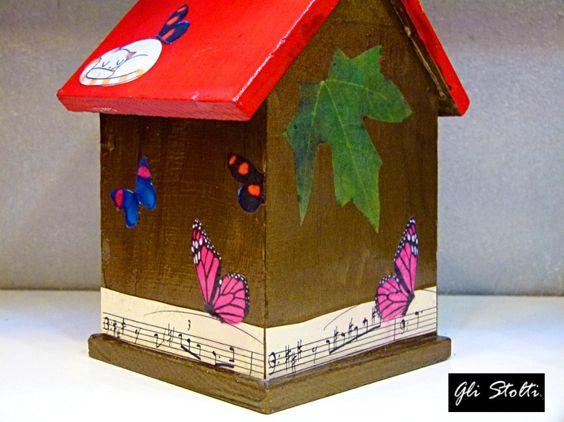 """Un #inverno al caldo per i vostri piccoli amici pennuti da balcone o giardino. Casetta per gli uccelli artigianale in legno dipinta e decoupata a mano """"Gufetti&Musica"""" (con protettivo trasparente atossico). Vai al link per tutte le info: http://glistolti.shopmania.biz/compra/casetta-per-uccelli-gufetti-musica-59 Gli Stolti Original Design. Handmade in Italy. #glistolti #moda #artigianato #madeinitaly #design #stile #roma #rome #shopping #fashion #handmade #handicraft #style #gufi #owl…"""