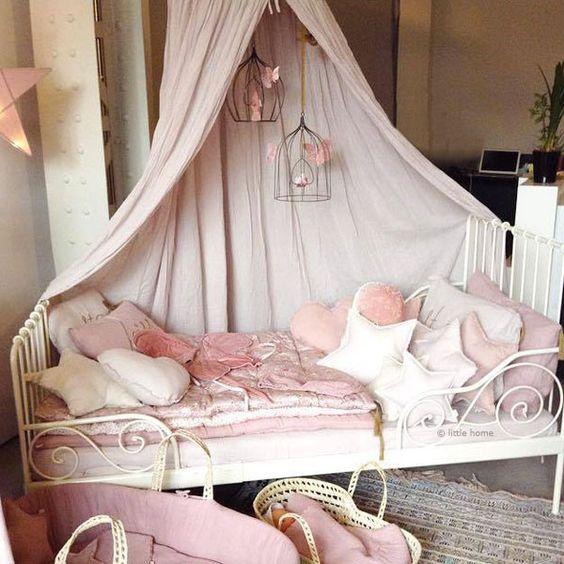 Ciel de lit rose poudre, coussins étoiles, coussins coeurs NUMERO74