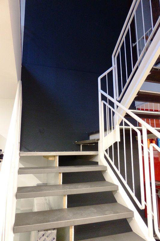 Die Treppenstufen haben wir mit edlen Metallplatten verziert.