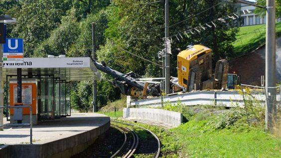 In Stuttgart ist ein Großbohrgerät auf die Stadtbahn-Trasse gestürzt. http://www.bild.de/regional/stuttgart/stuttgart-aktuell/unfall-bohrgeraet-42398922.bild.html