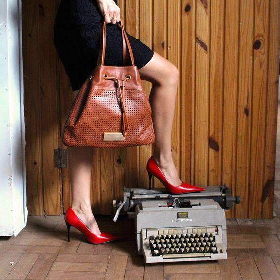 A bolsa saco vem com tudo para o inverno e já chegou por aqui! Novidade Loucos e Santos aqui: http://goo.gl/TD6GTJ.  Gentileza do vestido lindo da Âmbar Boutique. #bag #loucosesantos #bolsasaco #winter #fashion #look