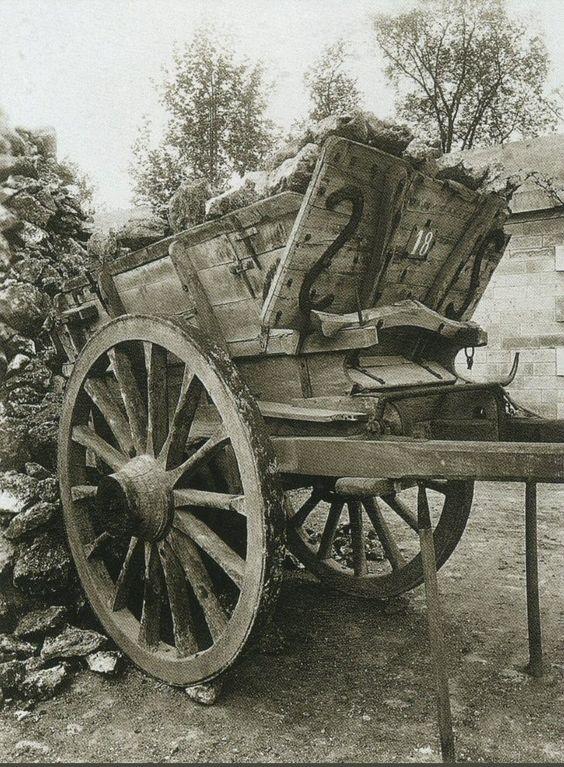 La Voiture dans le Paris d'antan par Eugène Atget Un tombereau, en 1910.