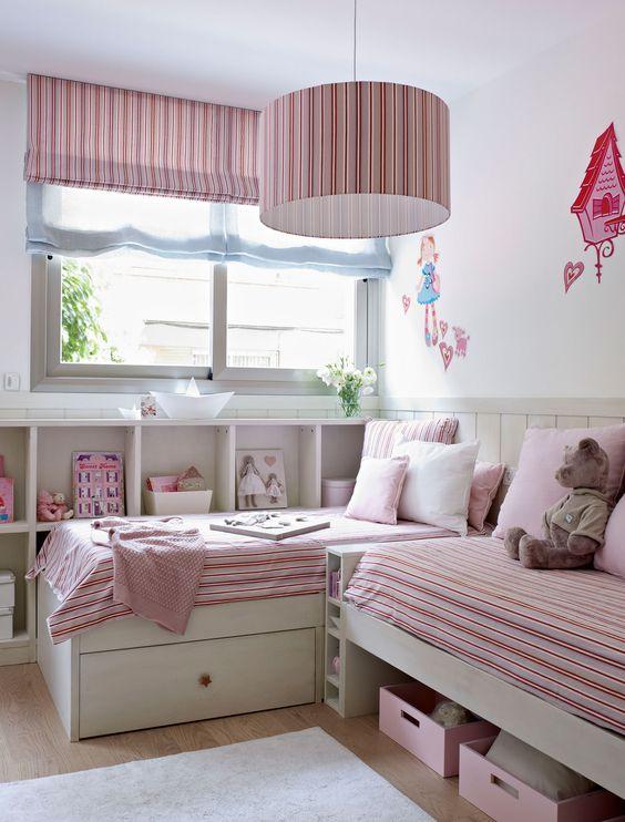 Habitaci n infantil con dos camas y una librer a bajo la - Habitacion con dos camas ...