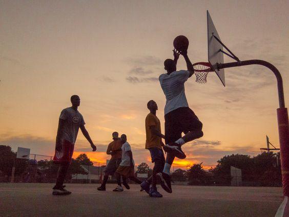 暗くなるまで熱中してバスケをする様子