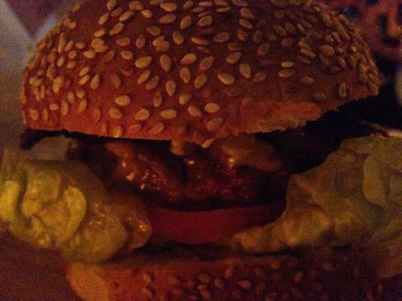 Le Cannibale Royale (250gr) hamburger met zuurkool, cheddar, pulled pork, gefrituurde uien en bourbon flavoured BBQ saus.
