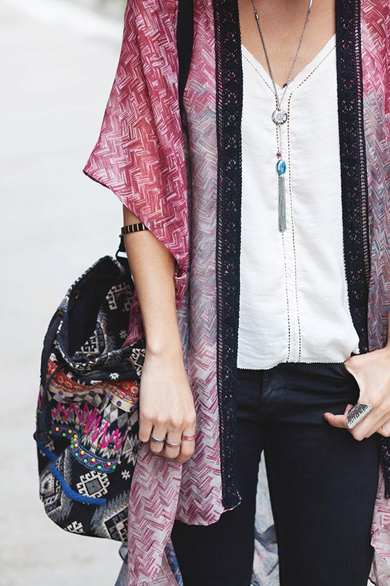 Bohème / White blouse / Kimono / Ethnic bag / Black jeans / Long necklace