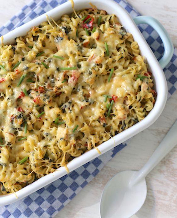 Hmm... lekker! We maken een pasta ovenschotel met gerooktekip, boursin, paprika, courgette en spinazie. Eet smakelijk! Recept voor 2 personen Tijd: 15 min.   10-15 min. in de oven Dit heb je nodig: 150 gr pasta 1 gerookte kipfilet 1…