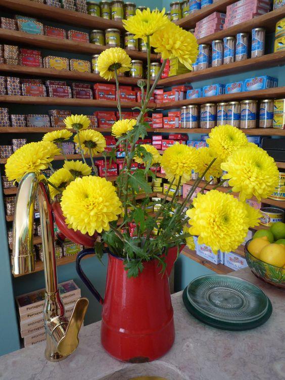 As flores na Cozinha da Loja das Conservas.
