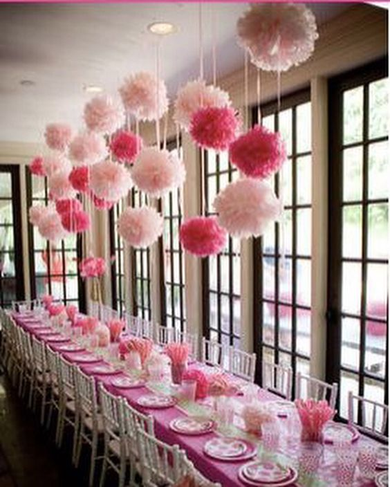 Mooie versiering door middel van witte en roze pompoms lampion lampionnen heeft dit ook in zijn - Decoratie slaapkamer meisje jaar ...