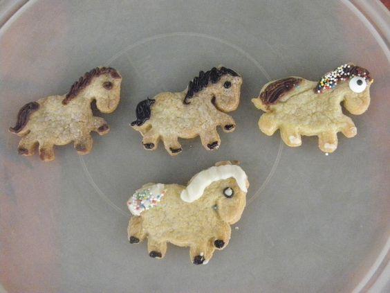 Paardenkoekjes. koekjes afgewerkt met suikeroogjes en witte-, melk- en pure chocolade staarten en manen