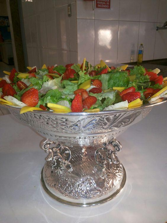 Salada de folhas e frutas     Tropicais