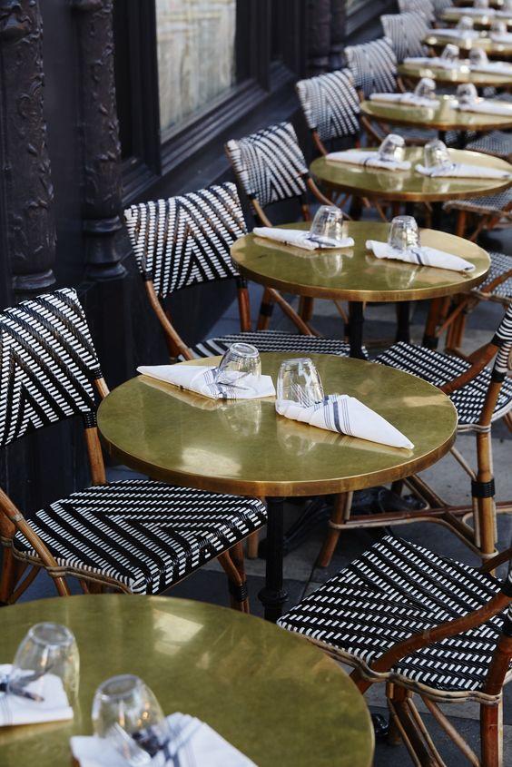 Mesas de latón y sillas Rattan. Mesa latón y silla parisina