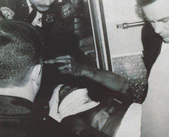 """Tupac Shakur manda """"recado"""" desaforado mesmo após tomar 5 tiros e sobreviver."""