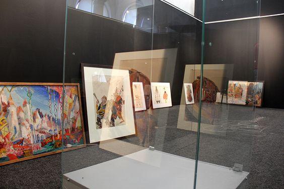 Произведения искусства на монтаже выставки