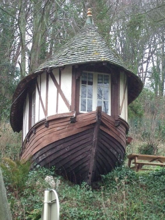 """Étretat, kiosque-caloge Alors que les marins réutilisaient les vieilles caïques comme entrepôt pour les filets ou comme atelier de réparation - ce sont les fameuses """"caloges"""" - on connait aussi plusieurs exemples de réemploi de loisir. Ainsi la caloge aménagée par Guy de Maupassant dans le jardin de La Guillette, sa propriété d'Étretat, qui servait de logement pour son valet de chambre François Tassart. Ici, à Étretat toujours, une autre forme de réemploi, en surprenant kiosque de jardin. 76"""