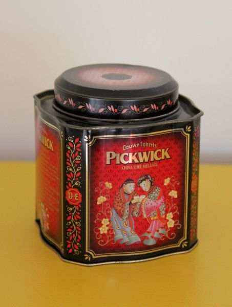 Douwe Egberts Pickwick Thee Dutch tea tin, Chinese scene in red on front, square with shaped sides and clipped corners, Holland/The Netherlands