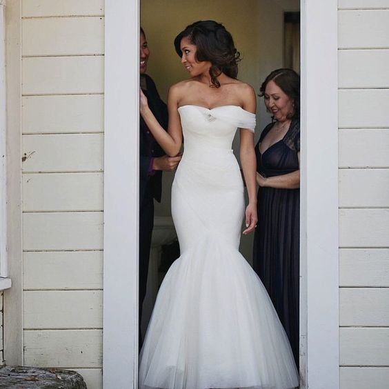 A Tuesday after a long weekend needs something beautiful... like this #bride in @mark_zunino ❤️  via @ourlaboroflove #Kleinfeld: