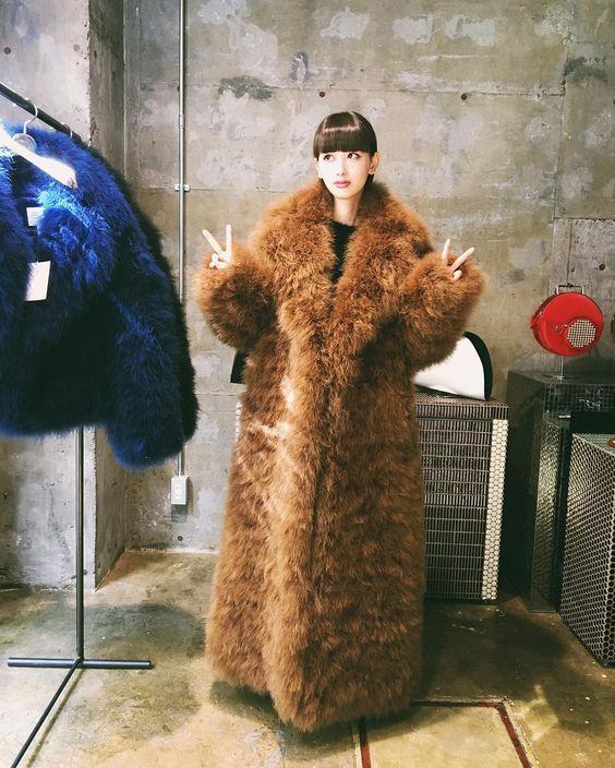 大きなファーコートを着る鈴木えみ