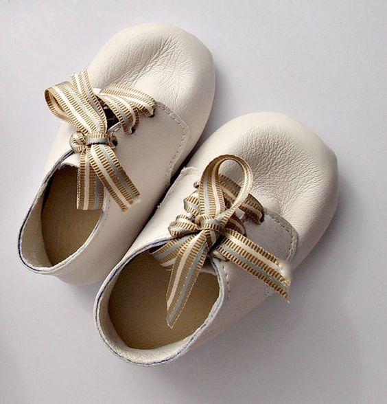 Zacht leer baby slofjes - lederen baby schoenen - leder wieg Schoenen - leder baby schoenen - witte babyslofjes - doop schoenen
