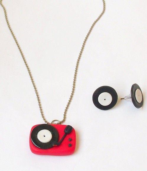 Conjunto de colar com  miniatura de vitrola e brincos de disco feitos a mão em biscuit. Escolha a sua cor preferida! R$35,00