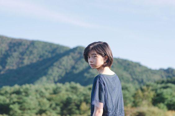 山背景の桜田ひより