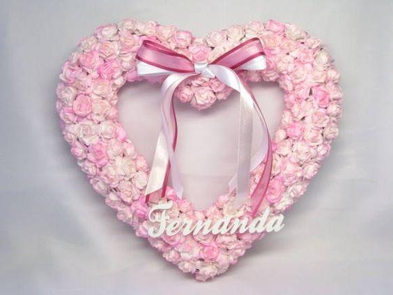 Belíssima porta de maternidade em forma de coração com flores tonalizadas uma a uma e decorada por laço de fita triplo. Uma peça muito especial e diferenciada para receber o seu bebê. Pode ser feita na cor que você desejar e em formato circular. Fazemos também outras peças com as flores, como quadros, enfeites, vasos, abajur, etc. Consulte-nos! R$ 135,00