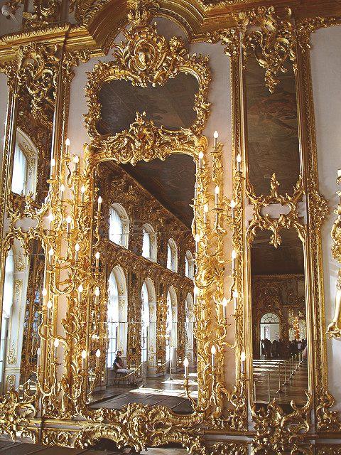 La salle de bal de Catherine Palace, Tsarskoe Selo, Russie. 1752-1756 La piece est ornée de sculptures, miroirs et statuettes. L'ornementation est tres riche, caracteristique du baroque. La salle impressionne les invités, cest une facon de montrer sa richesse.