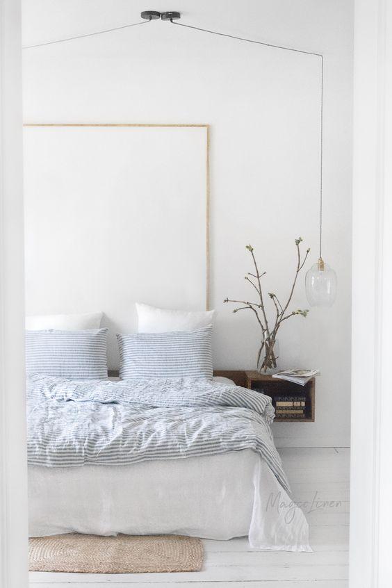 een witte slaapkamer oogt groter