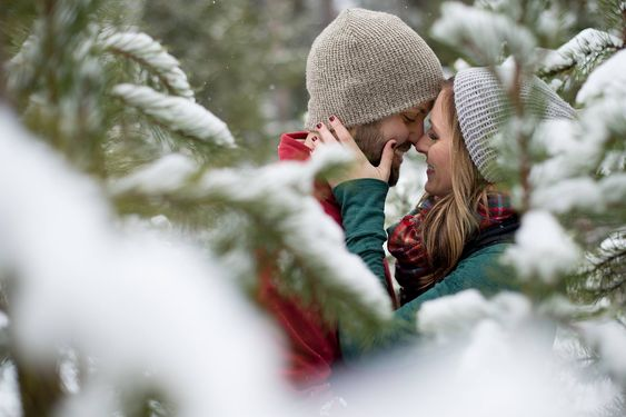 Engagement Photos in the snow in Bend, Oregon photographed by Kimberly Kay Photography www.kkayphoto.com