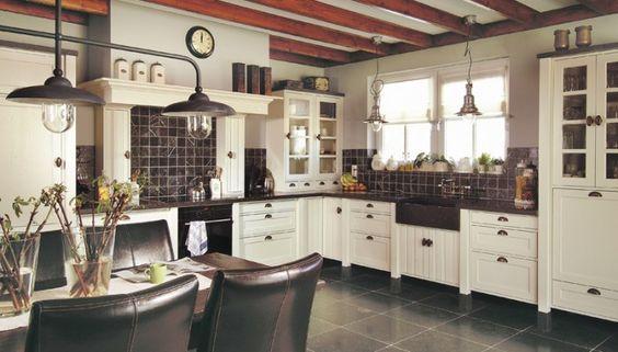 Tweedehands Cottage Keuken : Mooie landelijke keuken. Leuke schouw boven de kookplaat en mooie