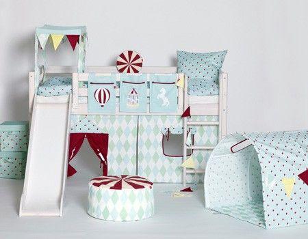 Tente et lit toboggan dans une chambre d'enfant