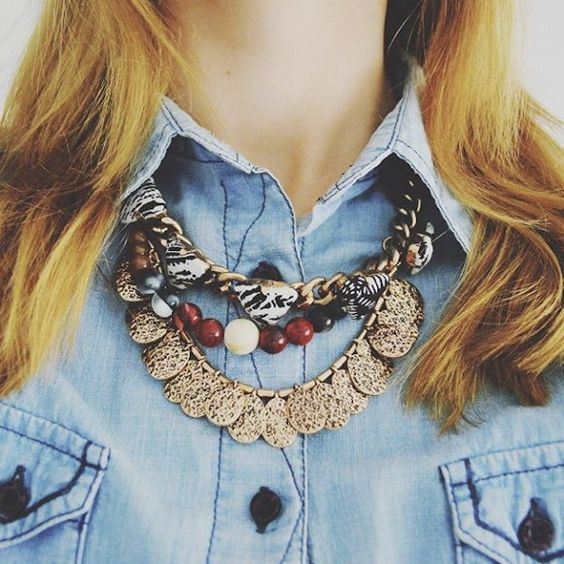 Un collier ethnique pour accessoiriser une chemise en jean >> http://www.taaora.fr/blog/post/collier-style-ethnique-mango-chaines-pierres-metal-chemise-denim-bleue #look #details #mode