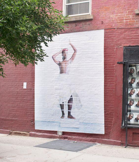 Imagen de Joshua Woods (activista no binarie), en la fachada de Casa Magazines, en Manhattan