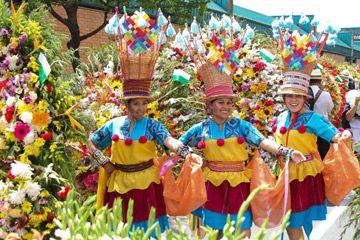 1.) Mujeres en un desfile con sombreros