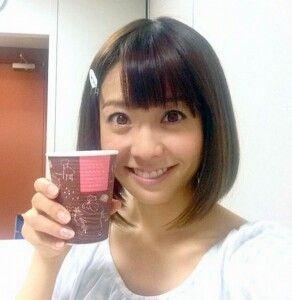 セーラー服姿の紙コップを持つ小林麻耶