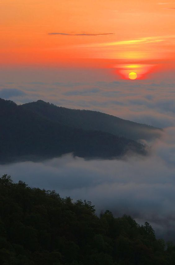 ✮ The rising sun over cloud banks and fog in the Blue Ridge Mountains - Shenandoah National Park, Virginia: