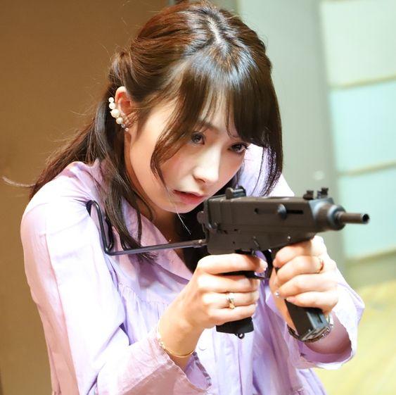 銃を構えている宇垣美里