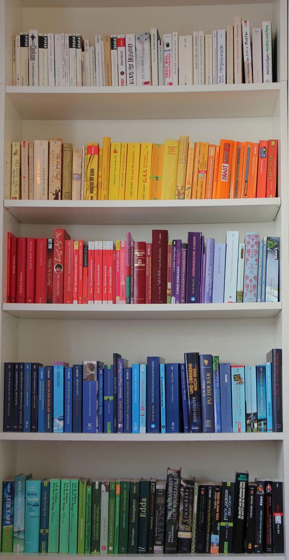 Regenbogen-Bücher - so ein Regal hätte ich auch gerne