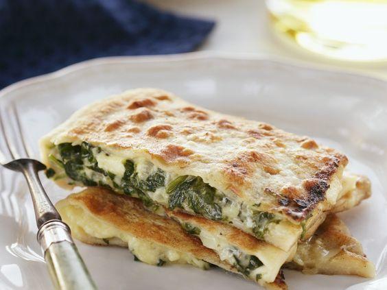 Teigtaschen mit Spinat-Feta-Füllung: http://eatsmarter.de/rezepte/teigtaschen-mit-spinat-feta-fuellung