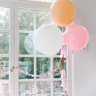 Immer noch meine Liebslingsfarbkombi für Sommerhochzeiten ☺️ Aber ich freu mich auf  den Herbst mit kräftigen Kontrasten und gemütlichen Stunden. 👉🏻 Riesen Ballons gibt's im Shop! Da gehen übrigens 400 Liter Helium rein! 🙀😅 #balloon #wedding #hochzeit #frlkshop #fraeuleinksagtja #fraeuleinksagtjashop
