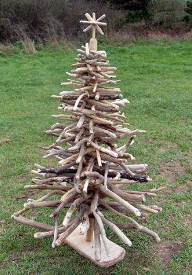 Árvore de natal criada a parti de galhos secos