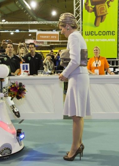 Máxima in a white Natan suit. Click on the image to see more looks.