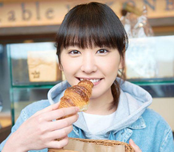 パンを食べる新垣結衣