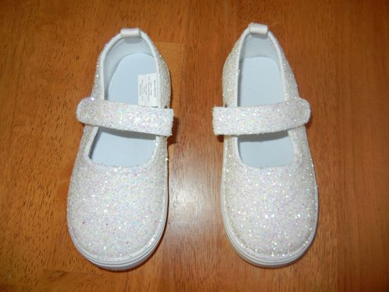 Glitter Shoes for my little princess! Made with white canvas tennis shoes, modge podge and glitter. Super easy and super cute! Only took 15 minutes to complete.