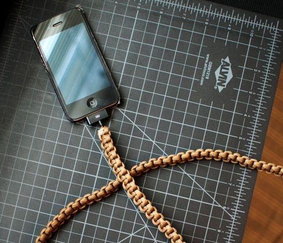 Dùng dây dù để tô nổi bật cho dây sạc điện thoại