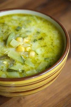 Sopa de calabacitas con elote y chile poblano.