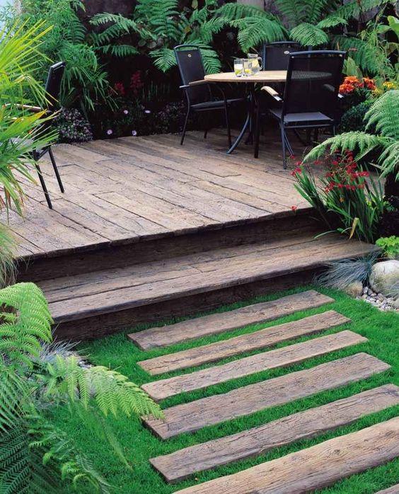 , terrasse en bois composite et meubles de jardin en métal noir