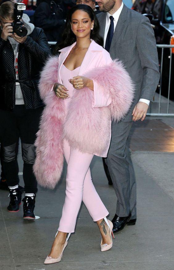 Rihanna | Adorable and this is a classy pink outfit: